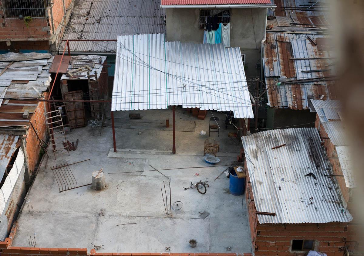 Vista de uno de los edificios en la urbanization 23 de enero á el barrio alrededor.