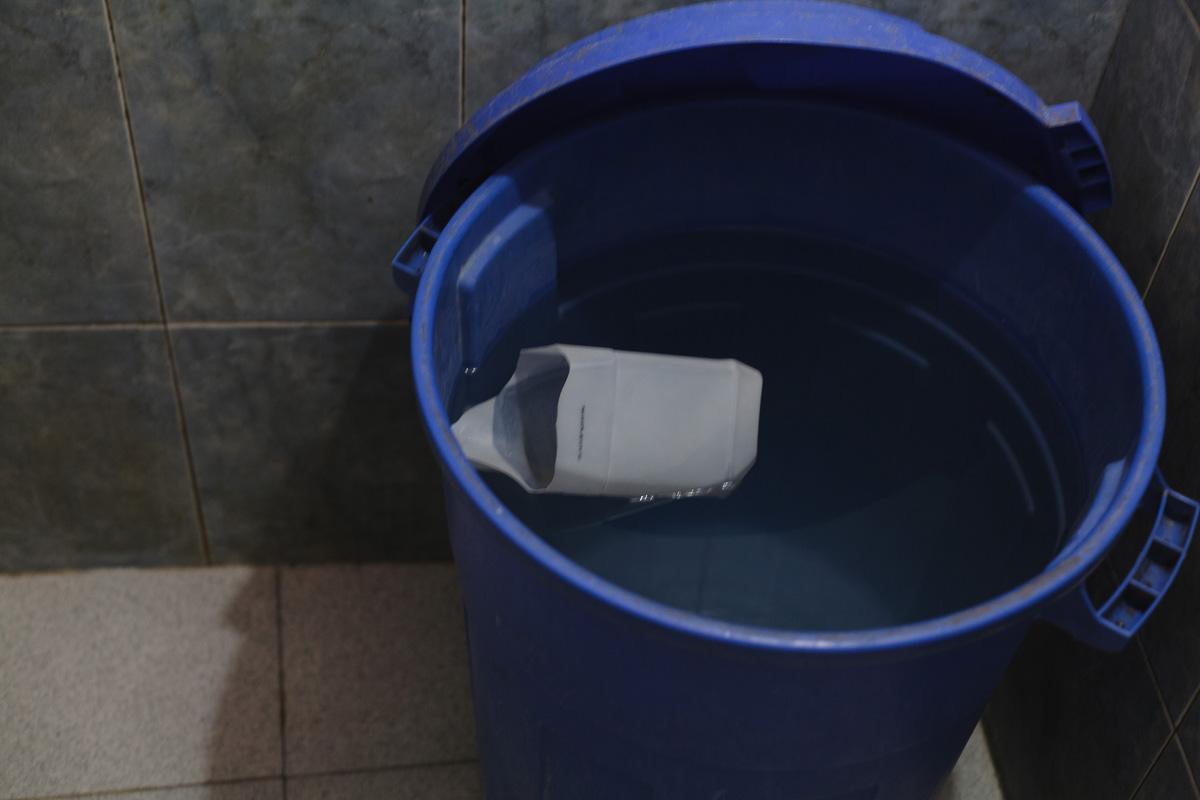 La ducha con potecito de agua